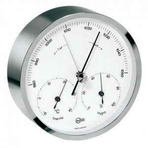 Ronde zilveren barometer met witte schaalplaat en zwarte cijfers voor de temperatuur, luchtvochtigheid en luchtsdruk.