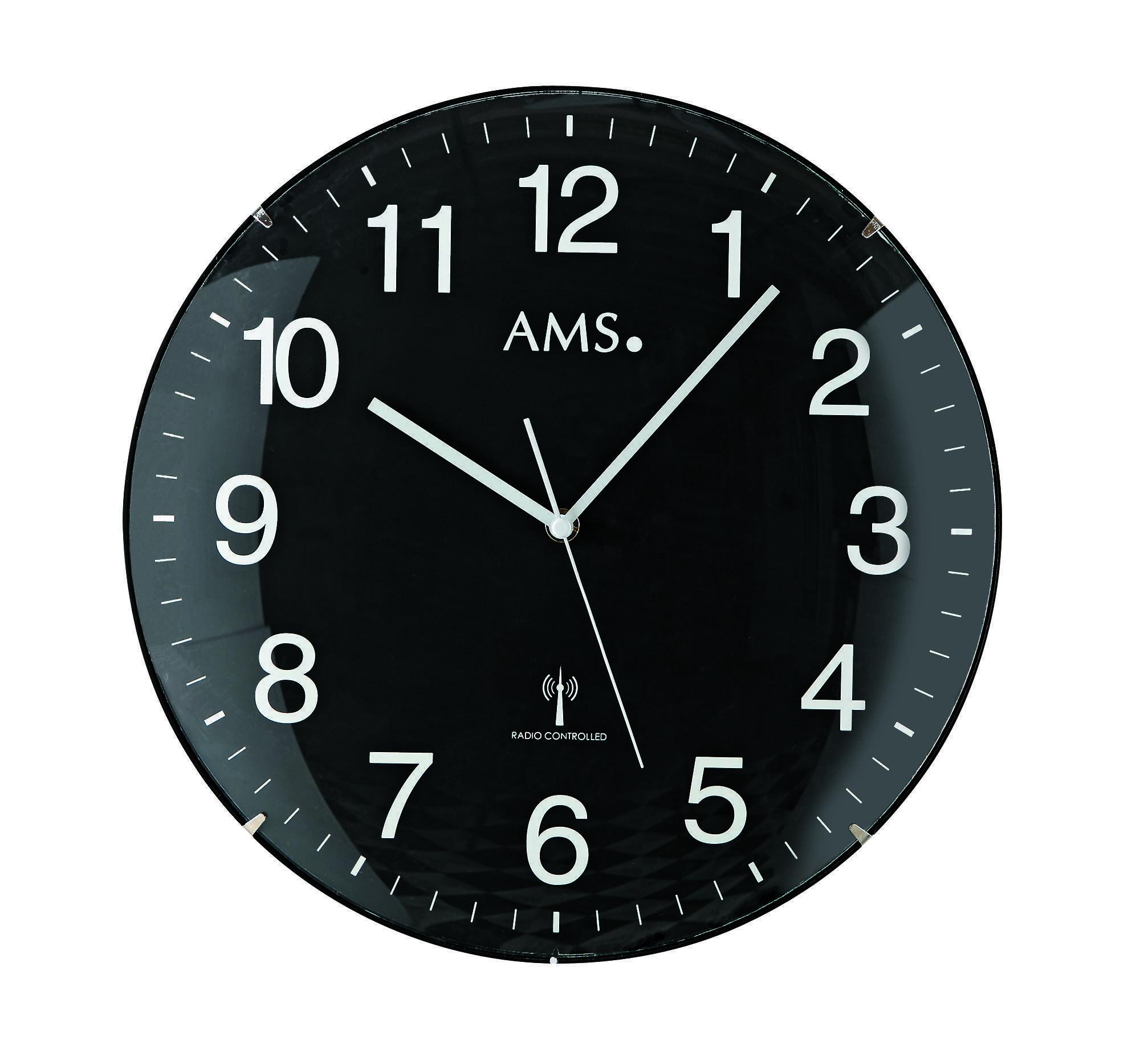 zwarte AMS wandklok met witte cijfers en wijzers.
