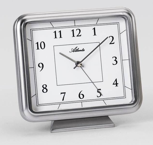Vierkante, zilveren Atlanta wekker klok met afgeronde hoeken. witte wijzerplaat met zwarte details. Staat op voet.