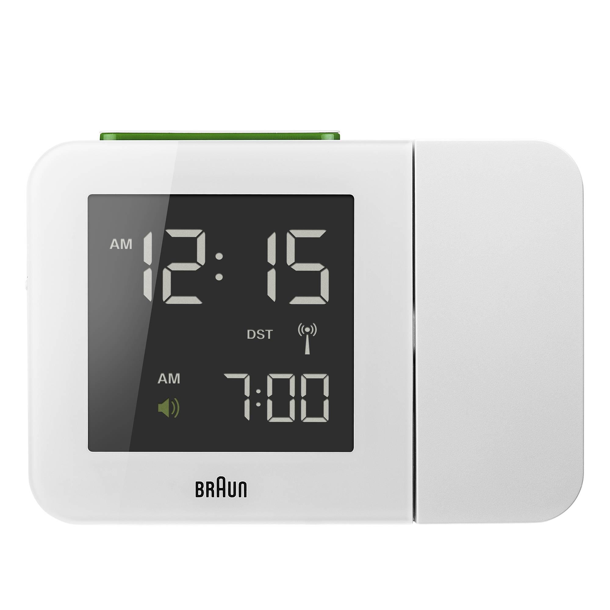 Stylish witte projectiewekker van Braun met zwart scherm waarop de tijd en het alarm te zien is. de knop bovenop is groen.