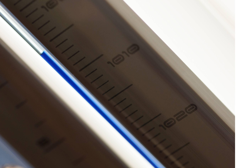 detailfoto van druk/bar op de innovacelli cilinder barometer.