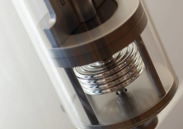detailfoto onderkant innovacelli met mat chroom afwerking.