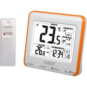 Weerstation lacrosse WS6811 weerstation met witte receiver en oranje rand met binnentemperatuur, buitentemperatuur en batterij indicator en tijdsaanduiding in zwarte cijfers op witte achtergrond.