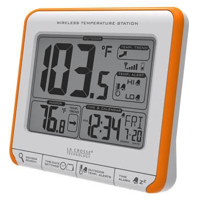 frontcross van la Crosse weerstation, wit met oranje lijst, zwarte letters. erop staat de binnen en buitentemperatuur, de trend, de tijd en de datum. knoppen met zoekfunctie, settings, temperatuur alarmen, tijdsalarm.