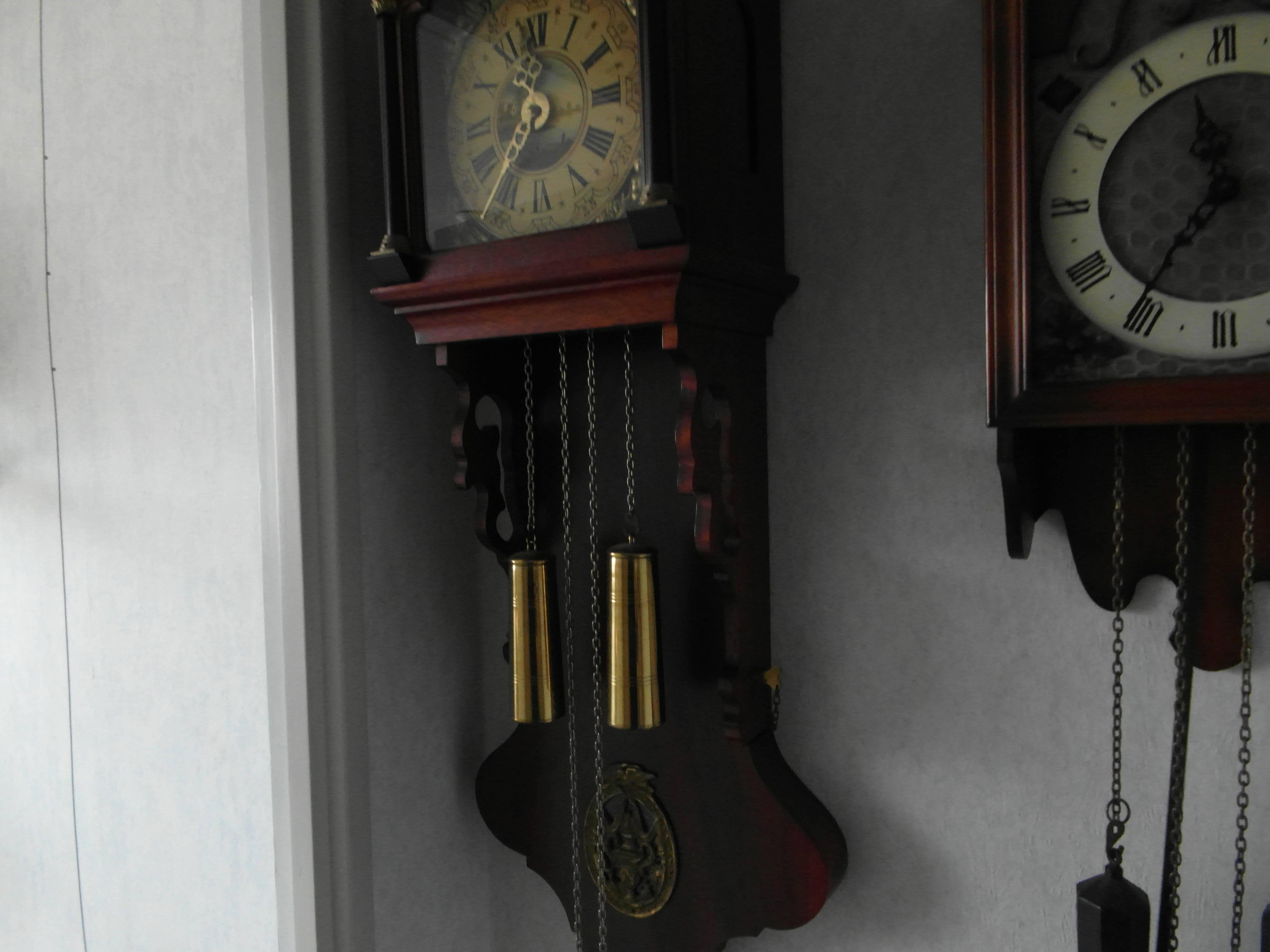Authentieke donkerhouten Friesche klok met originele gewichten en slinger.