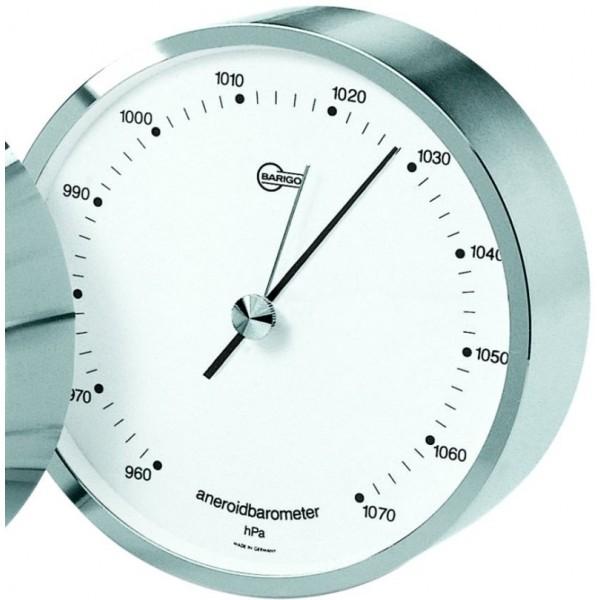 Kleine ronde barometer met zilveren lijst, witte achtergrond en zwarte cijfers en wijzers.