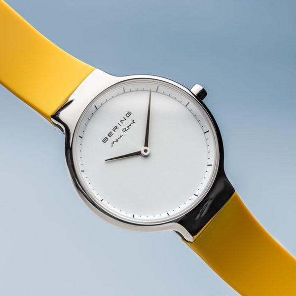 Vooraanzicht Max rene zilver uurwerk met geel siliconen bandje.