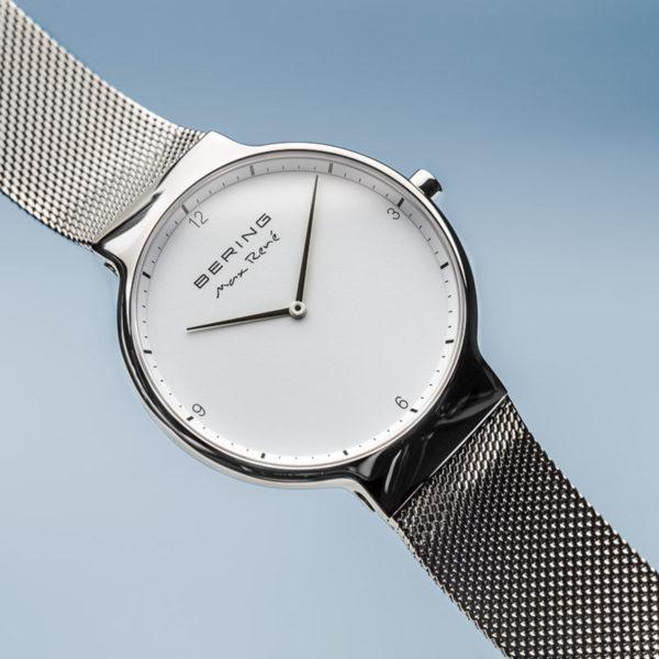 frontcross foto van zilveren herenhorloge van max rene met witte wijzerplaat.