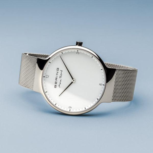 Zijliggend zilveren herenhorloge van Max rene met witte wijzerplaat.