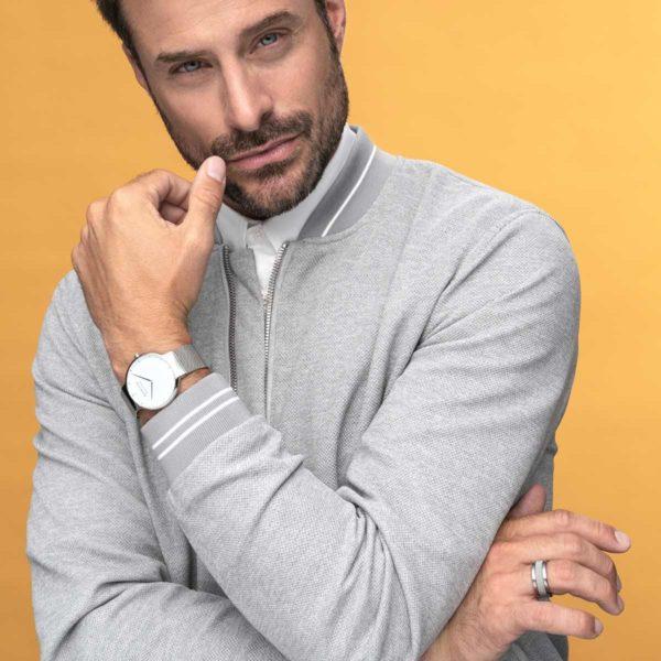 Styleshot van zilveren horloge max rene om pols van man.