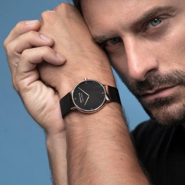 Man met rosé gouden horloge van Max Rene om de pols met zwarte wijzerplaat.