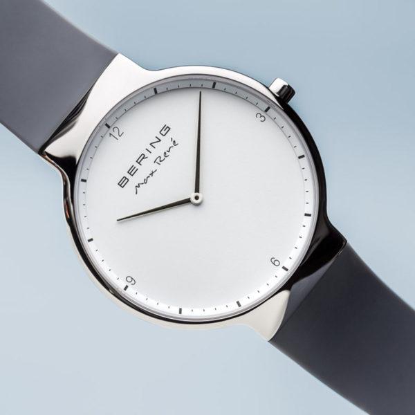 Voorkant Max rene herenhorloge met grijs siliconen bandje en zilveren klokje.