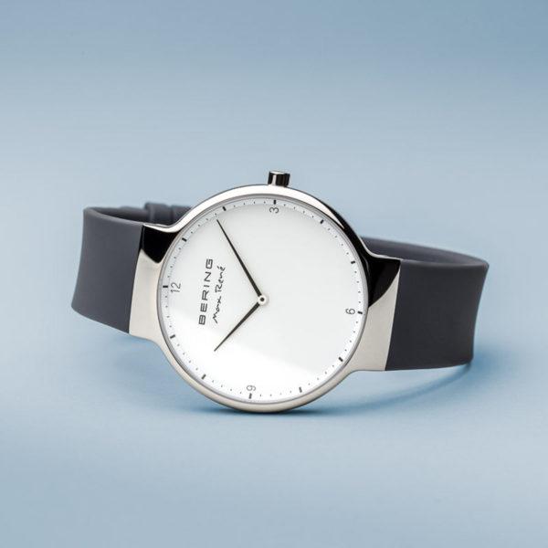 Zijkant Max rene grijze herenhorloge met siliconen bandje en zilveren klokje.