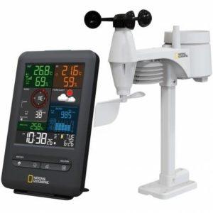 Zwart omlijst weather center / weerstation met de temperatuur, luchtvochtigheid,luchtdruk, windsnelheid, windrichtig, neerslag historie en een logo vvan National Geographic en bedieningsknoppen. Daarnaast staat de witte sensor afgebeeld.