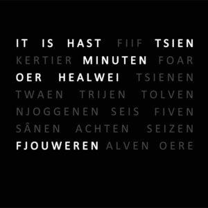 VooraanzichtFrysclock, Friese woordenklok, een zwarte klok met witte letters die in de Friese taal de tijd vertellen.