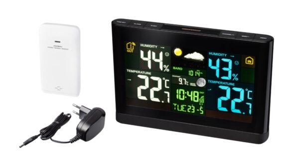 Bresser weerstation met zwart kleurendisplay, het station, de laadkabel en de witte sensor zijn afgebeeld. Tevens de binnentemperatuur en buitentemperatuur, de tijd, en de luchtvochtigheid en weersindicatie staan op het display afgebeeld.