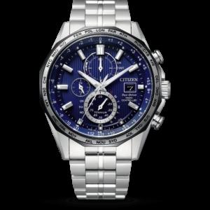 Vooraanzicht van het radiocontrolled Citizen Super Horloge AT8218-81L met zilveren band, blauw glanzende wijzerplaat met vele opties, inclusief datum en secondewijzer en 24uursaanduiding.