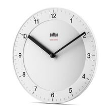 Braun Classic Clocks BC06W-DCF matwitte klassieke wandklok met zwarte details.